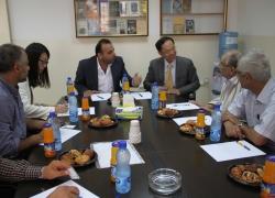 السفير الصيني في جلسة عمل ...